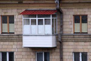Металлический козырек над балконом