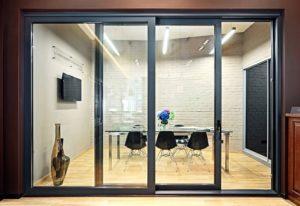Наклонно-раздвижная система дверей в офисе