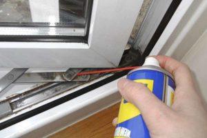 Смазка фурнитуры - один из основных пунктов подготовки пластиковых окон к холодам