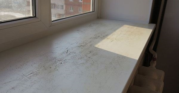 Повреждения подоконника пластикового окна